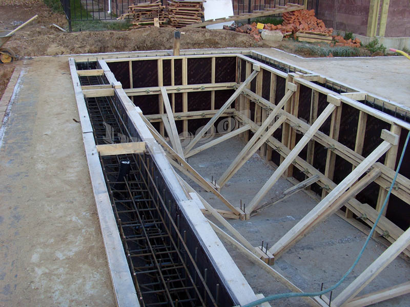 Установлена опалубка для заливки стен бетоном